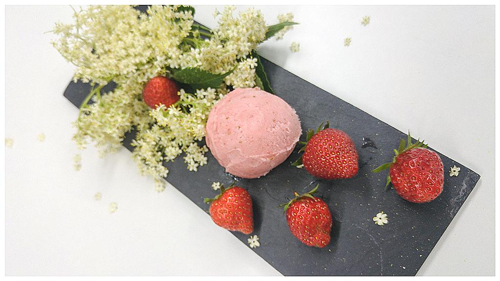Nouveau sorbet et les fraises de fleurs Elder